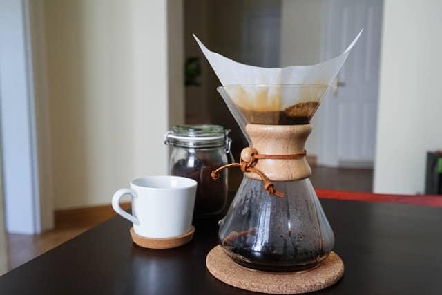 Приготовление кофе с помощью кемекса